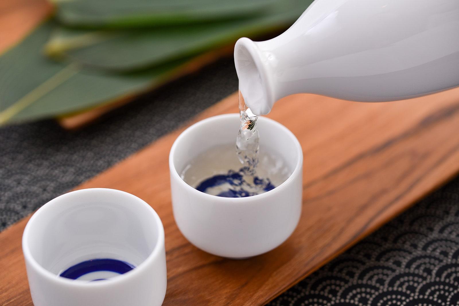 日本酒を飲むイメージ